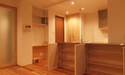 A4サイズが収納出来るカウンター収納|杉床と広々とした造作キッチンのある部分リフォーム