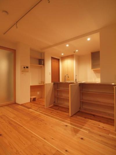 杉床と広々とした造作キッチンのある部分リフォーム (A4サイズが収納出来るカウンター収納)