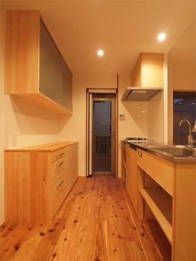 杉床と広々とした造作キッチンのある部分リフォーム (現場造作のキッチンと背面収納)