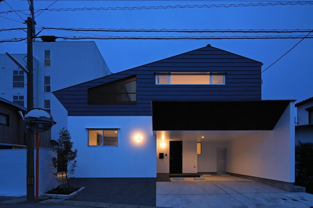 小松の家~シンプルモダンの家~ (東側外観(夕景))
