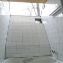 大きな三角トップライトのあるバスルーム