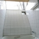 大きな三角トップライトのあるバスルーム (室内温室が楽しい!!土間テラスのある家)