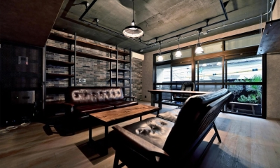 棚も床も家具もエイジング素材。重厚な渋みのNYブルックリンスタイル空間