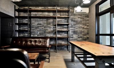 住居兼オフィススペース|棚も床も家具もエイジング素材。重厚な渋みのNYブルックリンスタイル空間