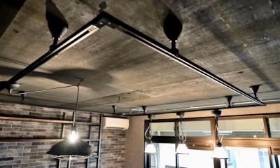 天井・ダクトレール|棚も床も家具もエイジング素材。重厚な渋みのNYブルックリンスタイル空間