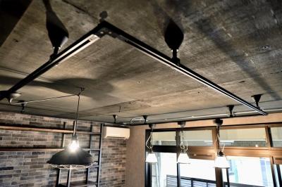 天井・ダクトレール (棚も床も家具もエイジング素材。重厚な渋みのNYブルックリンスタイル空間)