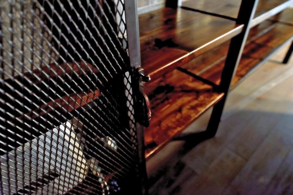 棚も床も家具もエイジング素材。重厚な渋みのNYブルックリンスタイル空間 (パンチングメタル扉)