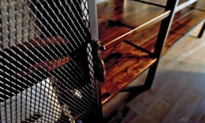 パンチングメタル扉|棚も床も家具もエイジング素材。重厚な渋みのNYブルックリンスタイル空間