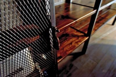 パンチングメタル扉 (棚も床も家具もエイジング素材。重厚な渋みのNYブルックリンスタイル空間)