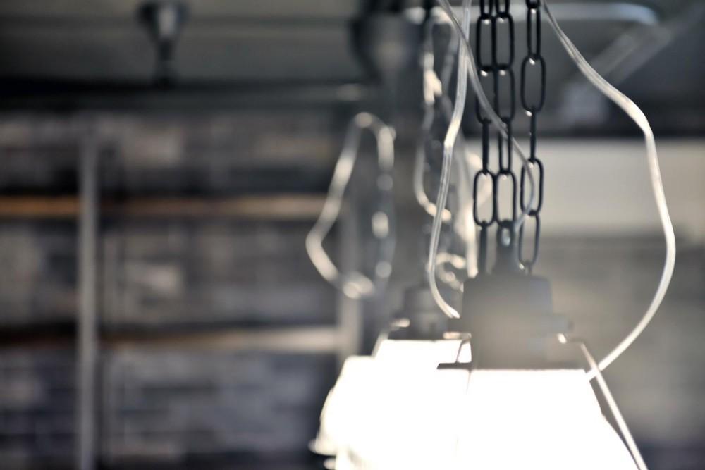 棚も床も家具もエイジング素材。重厚な渋みのNYブルックリンスタイル空間 (インダストリアルな照明)