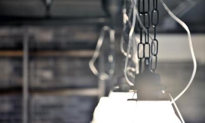 インダストリアルな照明|棚も床も家具もエイジング素材。重厚な渋みのNYブルックリンスタイル空間