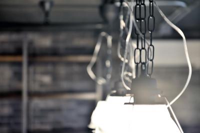 インダストリアルな照明 (棚も床も家具もエイジング素材。重厚な渋みのNYブルックリンスタイル空間)