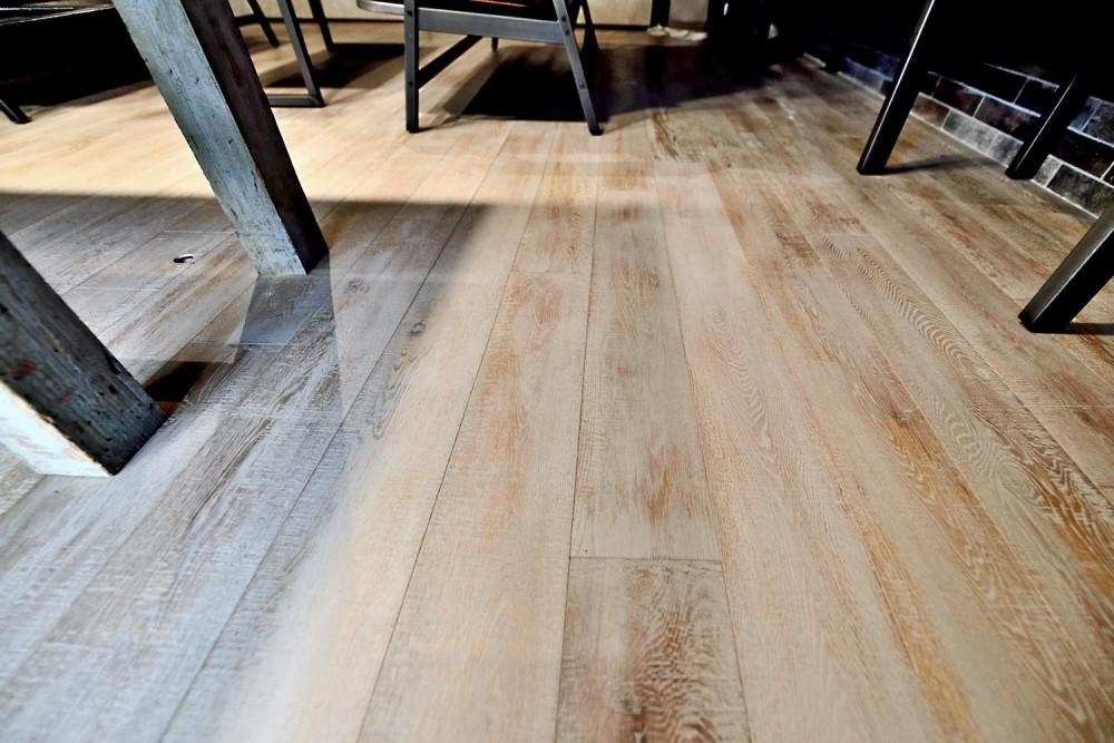 棚も床も家具もエイジング素材。重厚な渋みのNYブルックリンスタイル空間 (エイジング加工された家具&フローリング)