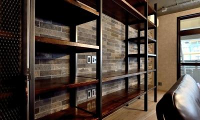 棚も床も家具もエイジング素材。重厚な渋みのNYブルックリンスタイル空間 (壁一面の造作棚)