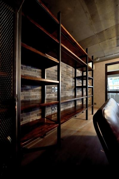 壁一面の造作棚 (棚も床も家具もエイジング素材。重厚な渋みのNYブルックリンスタイル空間)