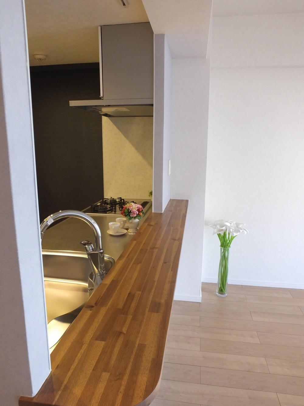 対面キッチンを、もっともっと開放的に、明るく、広々と。 (アクセントカラーを大胆に使ったキッチン)
