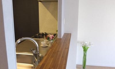 アクセントカラーを大胆に使ったキッチン|対面キッチンを、もっともっと開放的に、明るく、広々と。