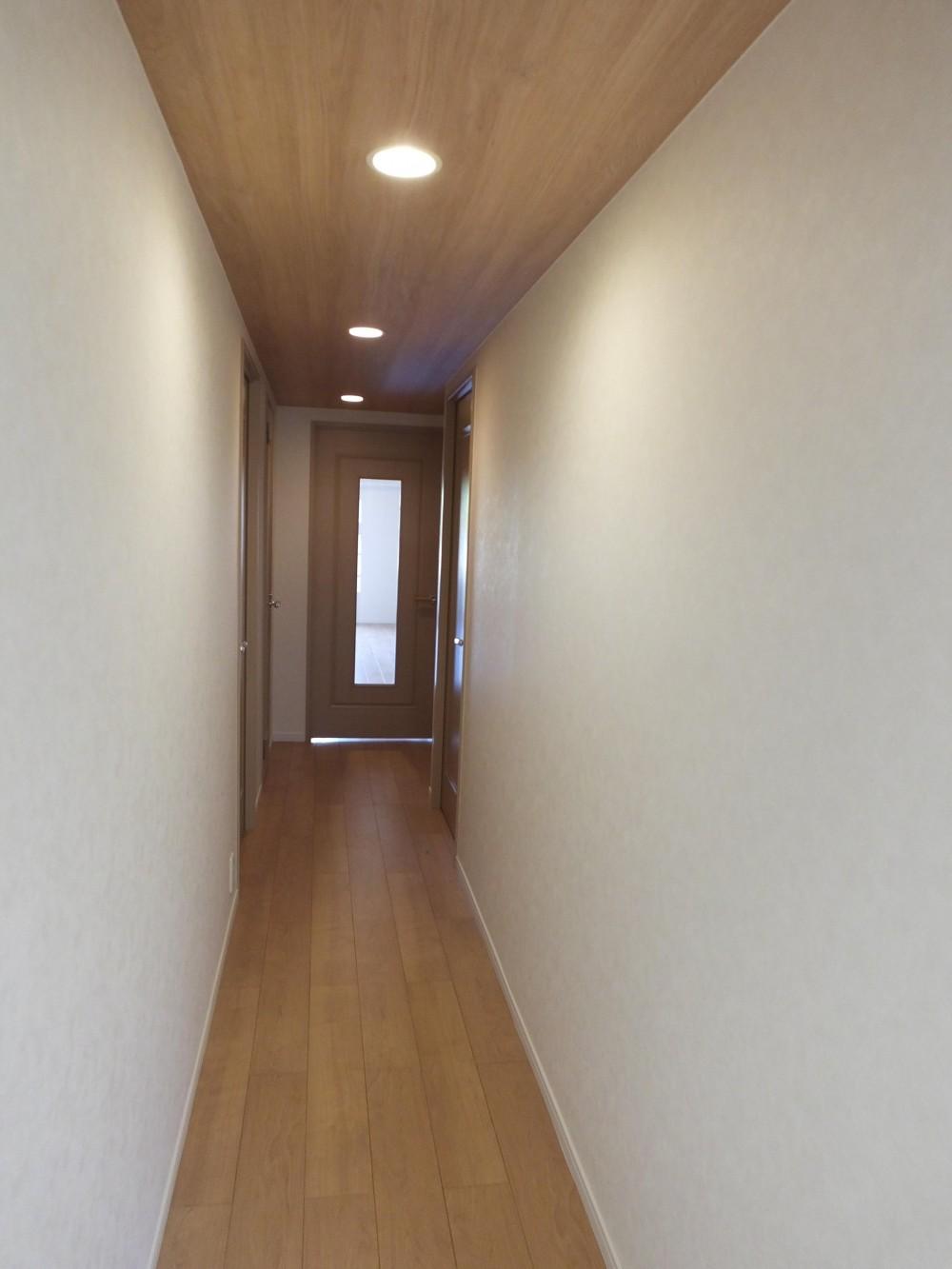 対面キッチンを、もっともっと開放的に、明るく、広々と。 (天井がアクセントの廊下)