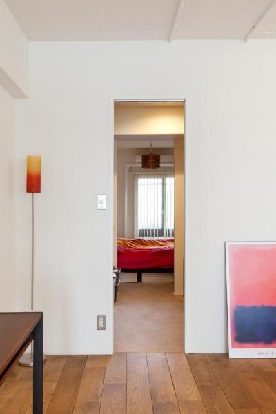 ウォークスルークロゼット~寝室 (今と将来のライフスタイルを見つめて、センスと質を大切にしたコスパに満足のリノベーション。)