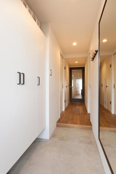 玄関 (今と将来のライフスタイルを見つめて、センスと質を大切にしたコスパに満足のリノベーション。)