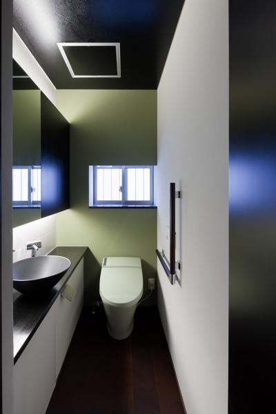 客間の傍に設けた1階トイレ (対岳荘)