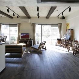 白×茶のコントラストがモダン。レトロな家具が映える (家の中心部まで光が届く開放的なLDK)