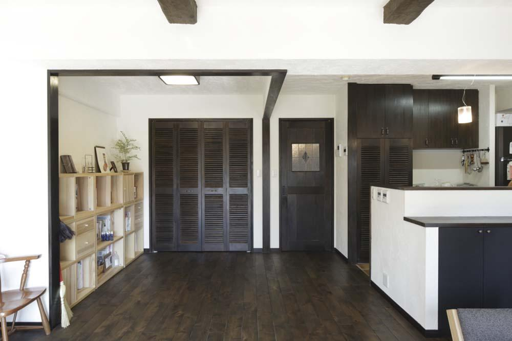 白×茶のコントラストがモダン。レトロな家具が映える (夜は寝室になるLDKの入り口に近い一角)
