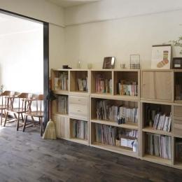 白×茶のコントラストがモダン。レトロな家具が映える (梁で緩やかにゾーニングされたスペース)