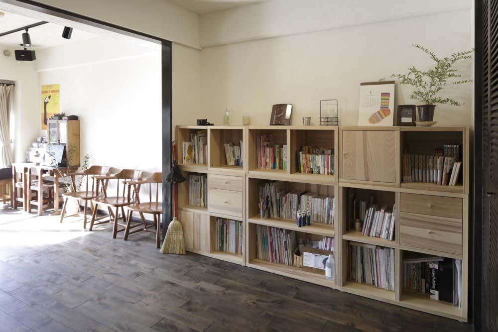 白×茶のコントラストがモダン。レトロな家具が映えるの写真 梁で緩やかにゾーニングされたスペース