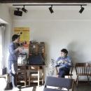 白×茶のコントラストがモダン。レトロな家具が映える