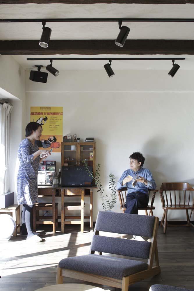 白×茶のコントラストがモダン。レトロな家具が映える (LDK)