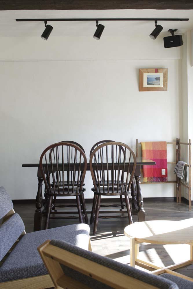 白×茶のコントラストがモダン。レトロな家具が映える (歴史のあるダイニングチェア)