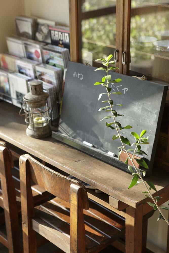 白×茶のコントラストがモダン。レトロな家具が映えるの写真 レトロな学校机や椅子