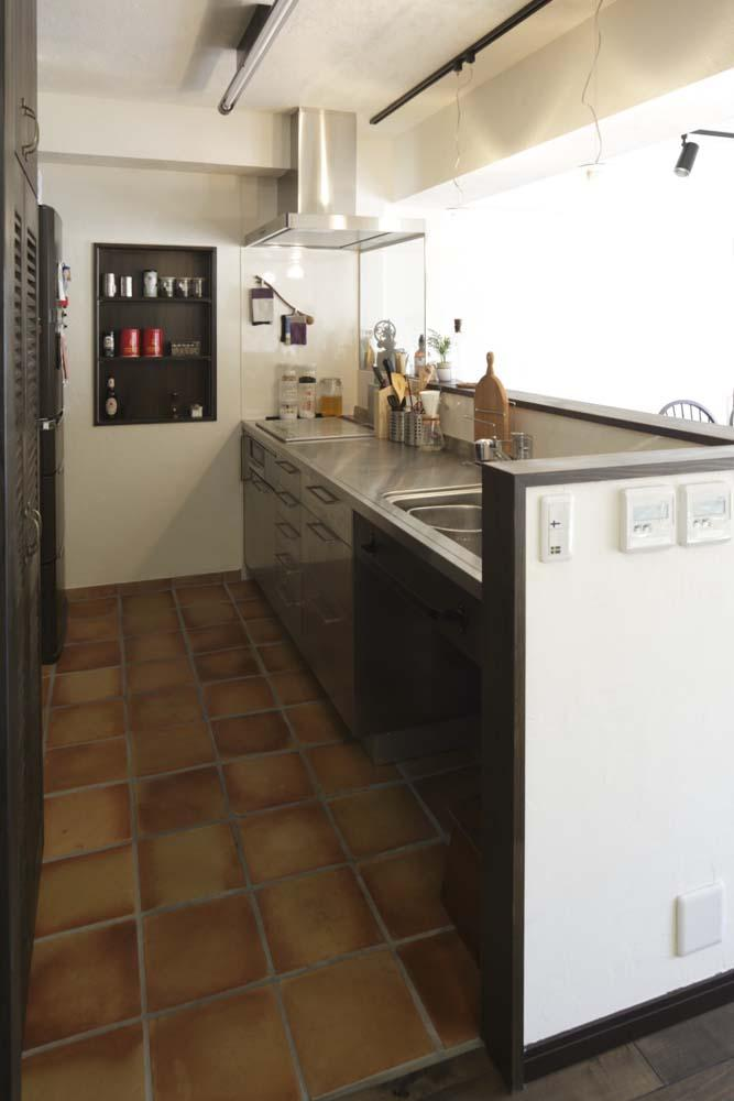 白×茶のコントラストがモダン。レトロな家具が映えるの写真 対面式キッチン