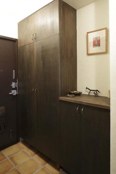 玄関 (白×茶のコントラストがモダン。レトロな家具が映える)
