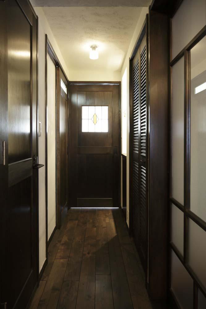 白×茶のコントラストがモダン。レトロな家具が映えるの写真 LDKにつながる廊下