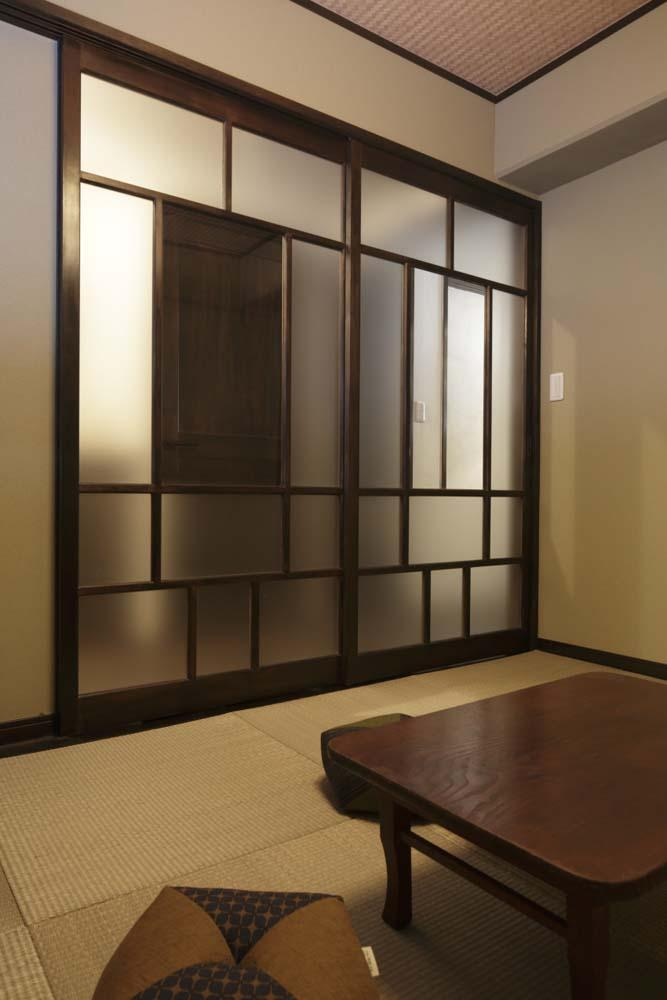 白×茶のコントラストがモダン。レトロな家具が映えるの写真 和室