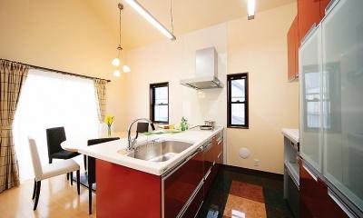 広々としていて鮮やかな赤が目を惹くキッチン 自分流セカンドライフのために「らしさ」を活かした終の棲家