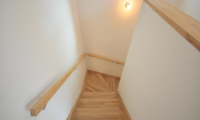 葉山のルーフバルコニーのある家 (階段)