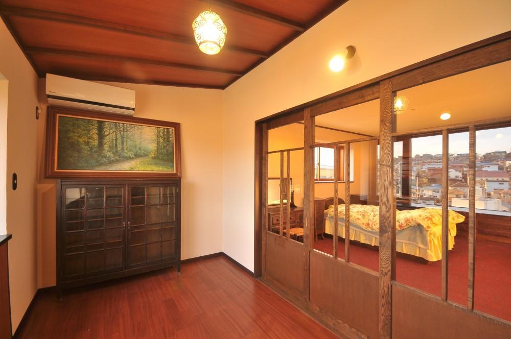 丘の上のアンティーク家具に囲まれたクラシカルの家 (寝室木製建具)