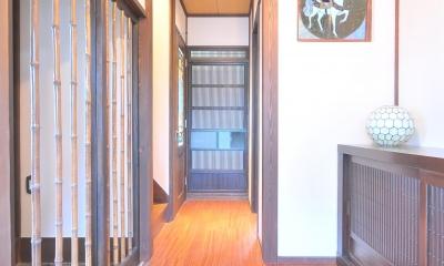 丘の上のアンティーク家具に囲まれたクラシカルの家 (玄関ホール)