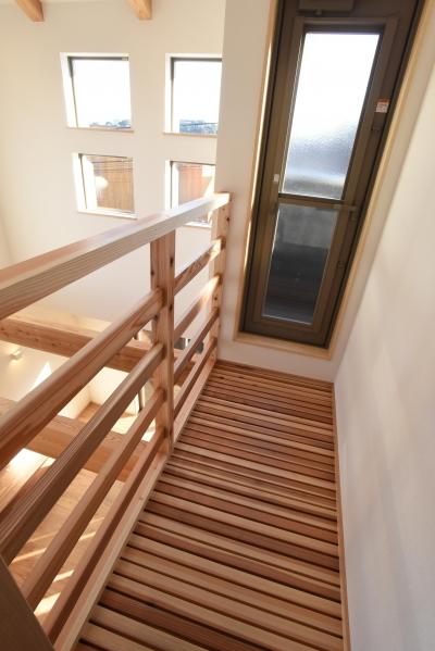 バルコニーへの木製アプローチ (木のぬくもりある家)