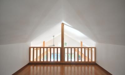 大きなウッドデッキのある家 (造作木製縦格子)