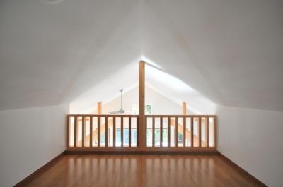 造作木製縦格子 (大きなウッドデッキのある家)