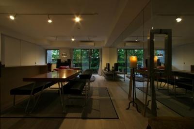片面全面ミラーのリビングダイニング (ロンドンのアパートメント@世田谷)