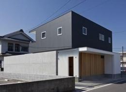 Prosody (コンクリートの塀がバランス良く配置された外観)
