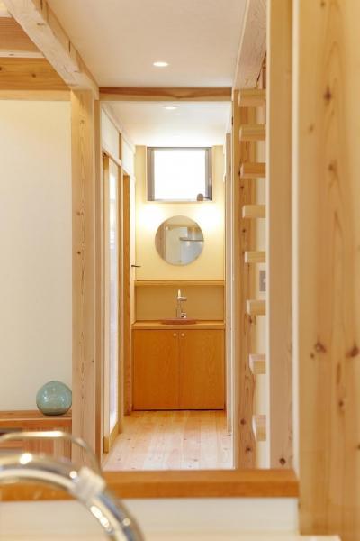 さくら 〜薪ストーブのある木の家〜 (洗面所(キッチンからの視野))