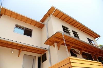 さくら 〜薪ストーブのある木の家〜 (アプローチからの見上げ)