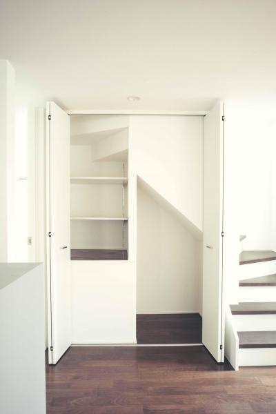 階段下の収納 (世田谷区 桜丘 NAVY HOUSE 2)