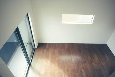 ロフトの小窓から見下ろすリビング (世田谷区 桜丘 NAVY HOUSE 2)